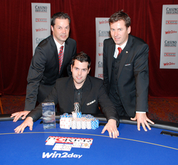 V.l.n.r.: Casinos Austria Pokermanager Edgar Stuchly, Gewinner Daniel Lackner, Casino Bregenz Pokermanager Joe Fuchshofer. (Foto: Casinos Austria)