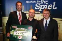v.l.n.r.: Casinos Austria Pokermanager Edgar Stuchly, Sieger Jürgen Madlmair und Casinodirektor Kurt Pipal, Casinos Austria
