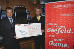 Casinodirektor Ernst Hubmann und Guest Relation Manager Horst Trefalt am Mega Million Automat