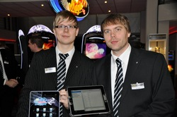 Kleine Helfer für unterwegs: Sören Pinke, Leiter Technische Koordination, und  Andreas Zelle, Projektleiter Mobile Applications, stellen die zwei iPad & iPhone Apps des adp merkur service vor.