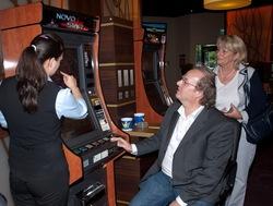 Claudia Bida erklärt den Gästen das moderne Multi-Game-Gerät.