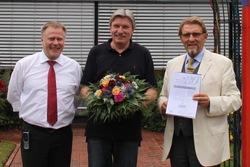 Unternehmer Paul Gauselmann (r.) und Technik-Vorstand Dr. Werner Schroer (l.) gratulierten Arnold Rückert zu seinem Jubiläum.