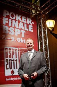 Pokerprofi Marcel Luske vor der Spielbank Potsdam.