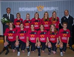 Arne Schmidt (links) bei der offiziellen Trikotübergabe an die 1. Frauen-Fußballmannschaft der DJK Coesfeld.