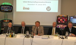 f. l. t. r.: Dr. Hans-Günther Vieweg, ifo-Institut, Prof. Dr. Friedhelm Hufen, Johannes Gutenberg-Universität Mainz, Paul Gauselmann, Chairman of the VDAI, Dr. Jürgen Bornecke, Managing Director of the VDAI, Christian Trenner, Chairman of the VDAI Department for Vending and Service Machines
