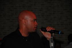Charles Simmes singt auf der Messeparty