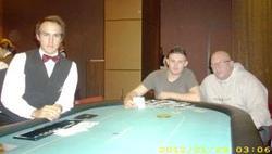 Der glückliche Gewinner Florian Weber mit seinem Heads-Up-Partner Big Al und der freundliche Dealer Diego Kacic