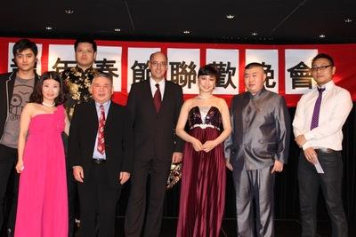 Casino Innsbruck-Direktor Kurt Steger mit den Ehrengästen beim Chinesischen Neujahrsfest.