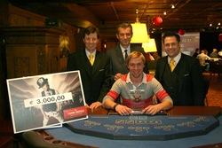 V.l.n.r.: Turnierleiter Wegscheider, Direktor Hubmann, Poker Manager Marcel Pipal mit dem Sieger Chris Tichatschke.