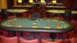 Die Ruhe vor dem Sturm, eingedeckte Turnierpokertische warten auf die heranstürmende Pokercrowd.