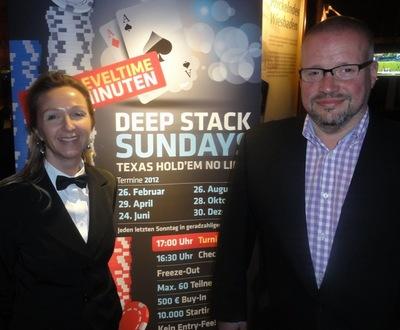 Pokerdealerin Stella Bette mit dem Erstplatzierten Daniel Lange
