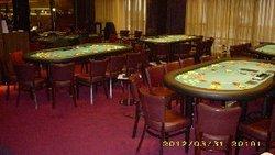 Fein eingedeckte Turniertische in Erwartung des Ansturms der Pokercrowd.