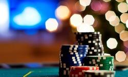 WestSpiel Poker Tour 2012 – Die Jagd nach den Chips der Mitspieler beginnt. Beim Tourfinale liegen am Ende alle Chips vor dem Sieger, der sich über den Löwenanteil des ausgespielten Bargeldes freut. (Foto: fotolia)