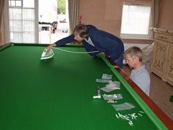 ... schön glatt gebügelt wird das Tuch für den Snooker.