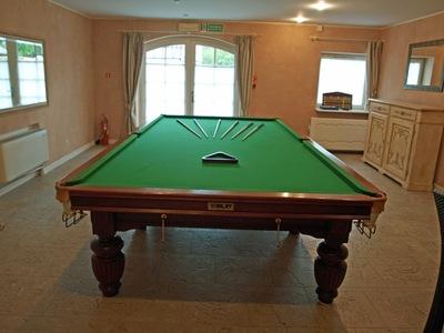 Der Snookertisch für die Spieler.