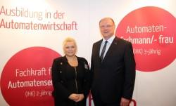 Nelly Baur mit Personalleiter Wolfgang Regenbrecht. (Foto: Claudia Hecke)