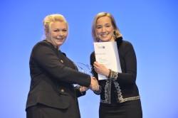 Nelly Baur und Familienministerin Dr. Kristina Schröder. (Foto: Jens Schicke)