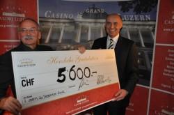 Scheckübergabe (Erwin Bachmann, LZ Medien AG, Wolfgang Bliem, Grand Casino Luzern)