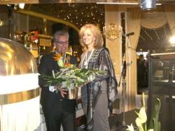 Axel Dierolf überreicht dem Ehrengast aus Las Vegas Jan Laverty Jones ein Blumenbouquet