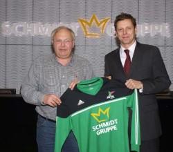 Viel Erfolg wünscht Burkhard Revers (rechts) Michael Klostermann bei der Übergabe der neuen Trikots für die Altherrenmannschaft der SG Coesfeld 06.