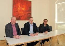 Bernhard Müter, Sven Brüninghoff und Armin Gauselmann unterzeichnen den GU-Vertrag.
