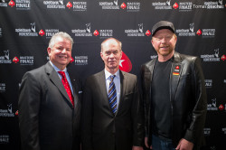 Direktor Franz Hirthammer (links) und Jo Mainz, Leiter der Pokerabteilung, begrüßten gestern Boris Becker zu seinem Turnierstart in der Spielbank Hohensyburg.