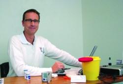 Dr. Georg Backhausen erstellt das persönliche Risikoprofil bei der Schlaganfall-Info-Tour 2013.