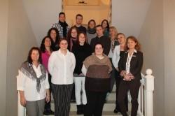 """Carmen Steppek (vorne r.) mit Teilnehmerinnen und Teilnehmern der """"Kick-Off-Veranstaltung"""", die sie auf Schloss Benkhausen leitet."""