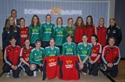 Arne Schmidt überreichte die neuen Trikots an die 1. Frauen-Fußballmannschaft der SG Coesfeld 06.