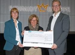 Arne Schmidt überreicht den Scheck für die Coesfelder Tafel in Höhe von 5.000 Euro an Ruth Tönnemann (links) und Hildegard Sonnenschein (Mitte).