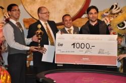 """Der glückliche Gewinner des """"Chinese New Year"""" Baccarat Turniers im Grand Casino Luzern."""