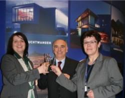 Von links nach rechts: Katherina Pfitzinger (Leiterin Tourist Information Feuchtwangen, Gewinner Vincenzo Petrosino, Gabriela Wallerer (Direktionsassistentin Spielbank Feuchtwangen)