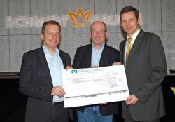 Burkhard Revers und Robert Hess überreichen Rainer Schwital den Spendenscheck.