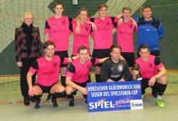 Gratulation zum Sieg: Ursula Schmidt mit den erfolgreichen Spielern des SC Blau-Weiß Vehlage.