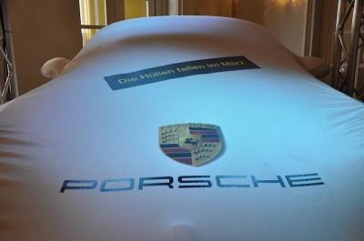 Der verhüllte Porsche Cayman S 2013, im Foyer des Grand Casino Luzern.