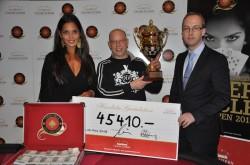 V.l.n.r.: Bianca Sissing, Botschafterin des Grand Casino Luzern. Philippe Genilloud, Gewinner des dritten PCSO. Diemo Kästner, Poker Chef und Gaming Shift Manager des Grand Casino Luzern.