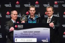 Jo Mainz (links), Chef der Pokerabteilung in der Spielbank Hohensyburg, und Turnierdirektor Thomas Lamatsch gratulieren dem überglücklichen Sieger Robert Auer. (Fotos: Tomas Stacha)