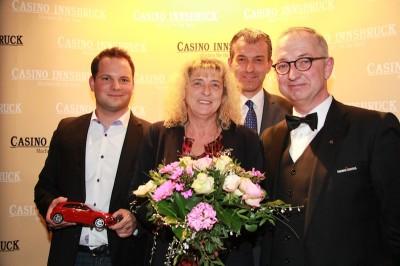 Die Gewinnerin mit Andreas Deiser, Dir. Mag. Ernst Hubmann und Croupier Robert Rudler. (Foto: Casino Innsbruck)