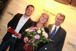 Gewinnerin Silvia S. mit Andreas Deiser (Mercedes, Retterwerk Hall) und Dir. Mag. Ernst Hubmann. (Foto: Casino Innsbruck)