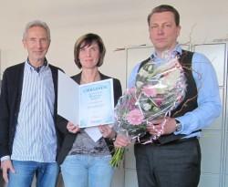 Angelika Sips mit Betriebsrat Joachim Weber (li) und Geschäftsführer Sascha Blodau (re).