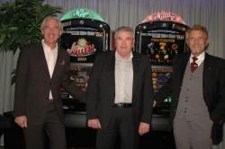 Paul Gauselmann (1.v.r.), Vorstandssprecher der Gauselmann AG, und Jürgen Stühmeyer (1.v.l.), Vorstand Vertrieb, verabschieden Catharinus Pelders (Mitte) in seinen wohlverdienten Ruhestand.