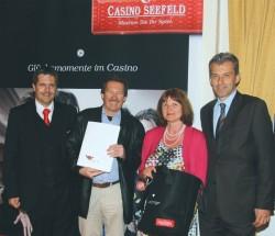 Guests & Organisation Manager Robert Frießer, das Gewinner Ehepaar Gschwentner und Casinodirektor Ernst Hubmann. (Foto: Casino Seefeld)