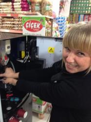 Carmen Popov begleitete einen Techniker und reparierte den Kaffeeautomaten.