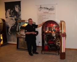 Josef Herb, Mitarbeiter der Museums-Werkstatt, ist unter anderem für die Instandhaltung der Musikboxen zuständig. Für die Sonderausstellung auf Schloss Benkhausen sucht das Deutsche Automatenmuseum aktuell nach alten Schallplatten.