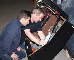Ludger Espendiller, Leiter Technik Innendienst, erklärt Fatih Satic den Ausbau eines Ersatzteils.