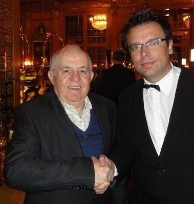 Turnierleiter Gérard Szabo gratuliert dem strahlenden Sieger Albert Ushky