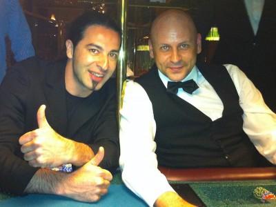 Bülent Ceylan rockt die Wiesbadener Pokerarena, Dealer Muamer Softic ist begeistert.