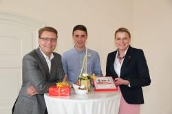 Armin Gauselmann (links) und Maike Hornberg (rechts), DKMS, sprachen Andre Hübner (Mitte) ihre Anerkennung aus.