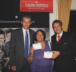 Casinodirektor Ernst Hubmann, das Lotto Glückskind und Guests & Organisation Manager Robert Frießer. (Foto: Casino Seefeld)