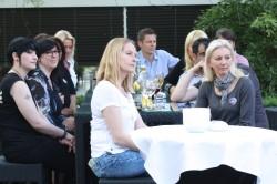 Konzentriert verfolgen die Mitarbeiterinnen und Mitarbeiter gemeinsam mit Geschäftsführer Burkhard Revers die Begrüßung von Axel Schmidt.